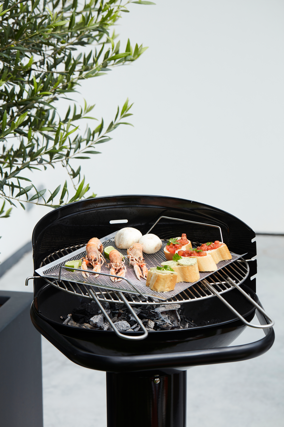 What are the advantages of a Loewy 50 charcoal BBQ?