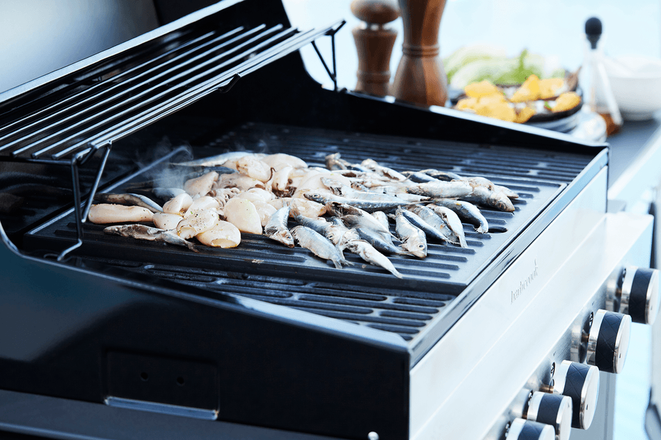 What are the advantages of a Stella 4311 gas BBQ?
